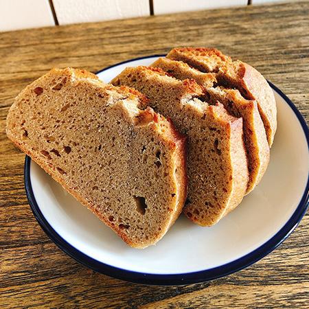 天然酵母と国産小麦の全粒粉100%のドイツパン 【全粒粉パン工房ポッポのパン】の中身画像