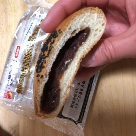 北海道産小麦のつぶあんぱん 【ツルハドラック×ロート製薬】の中身画像