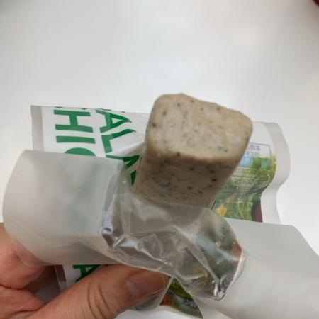 セブンプレミアム 糖質0gのサラダチキンバー(バジル&オリーブ) 【セブンイレブン】の中身画像