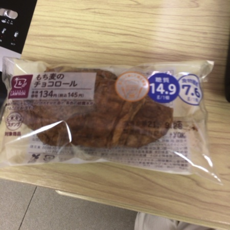 もち麦のチョコロール 【ナチュラルローソン】のパッケージ画像